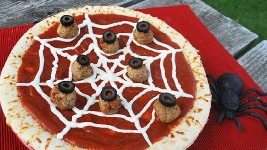 halloween spinnennetz pizza belag ideen oliven fleischklöße