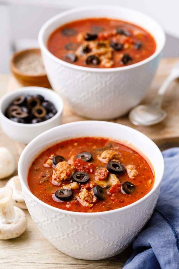 leckere pizzasuppe mit tomaten parmesan und oliven