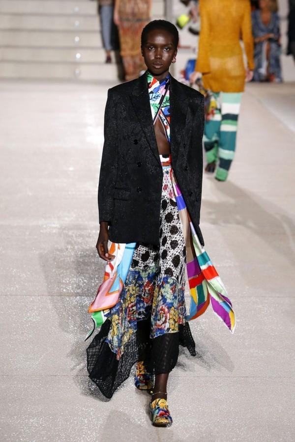 mailand fashion week - tolles kleid mit mustern - sakko