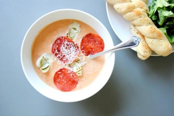 mediterrane pizzasuppe mit tomaten artischocken brotstangen