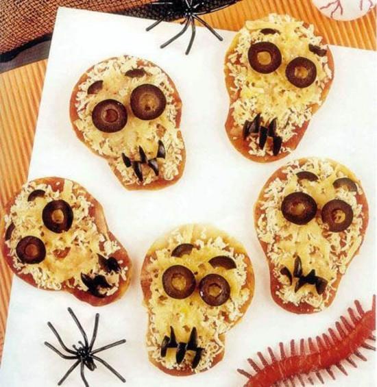 mini halloween pizza belag ideen totenköpfe