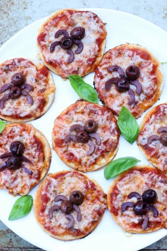 mini pizza belag ideen halloween spinnen oliven
