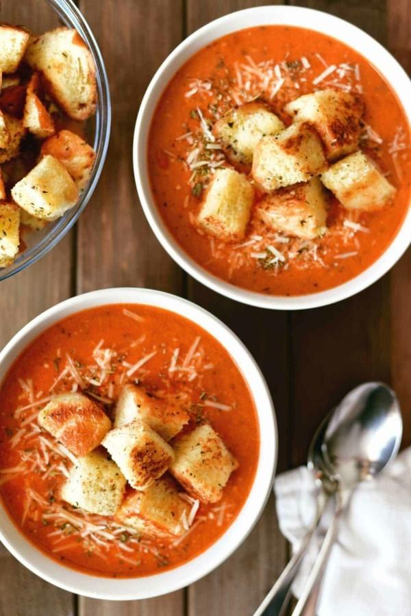 pizzasuppe mit tomatensoße und croutons