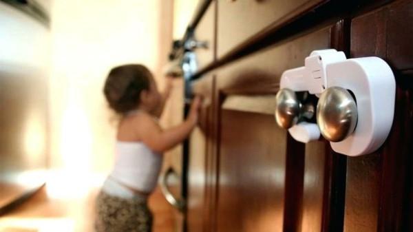 schrank mit kinderschutz ausstatten