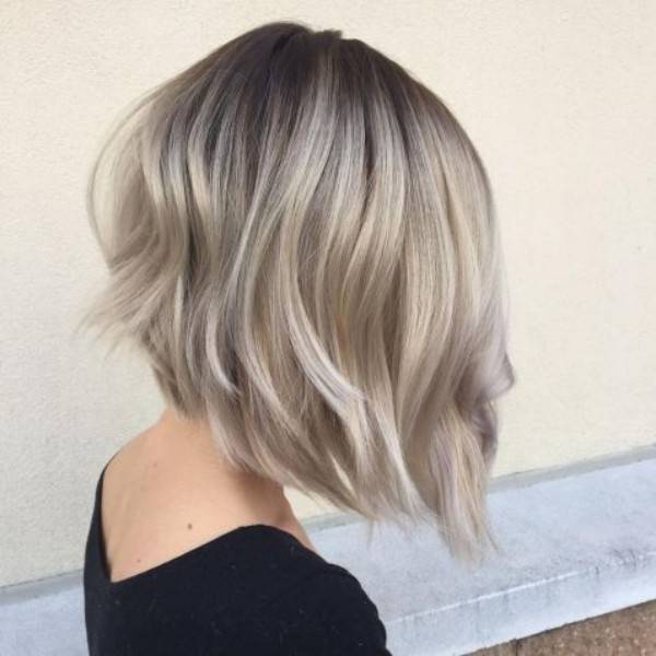 schwarzes Oberteil und blonde Haare - frisuren für dünne haare