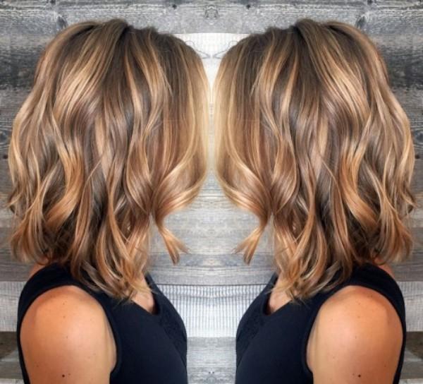 trendige frisuren - braunes Haar mit blonden Strähnchen