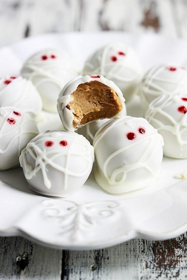 weiße pralinen als mumien dekorieren zu halloween