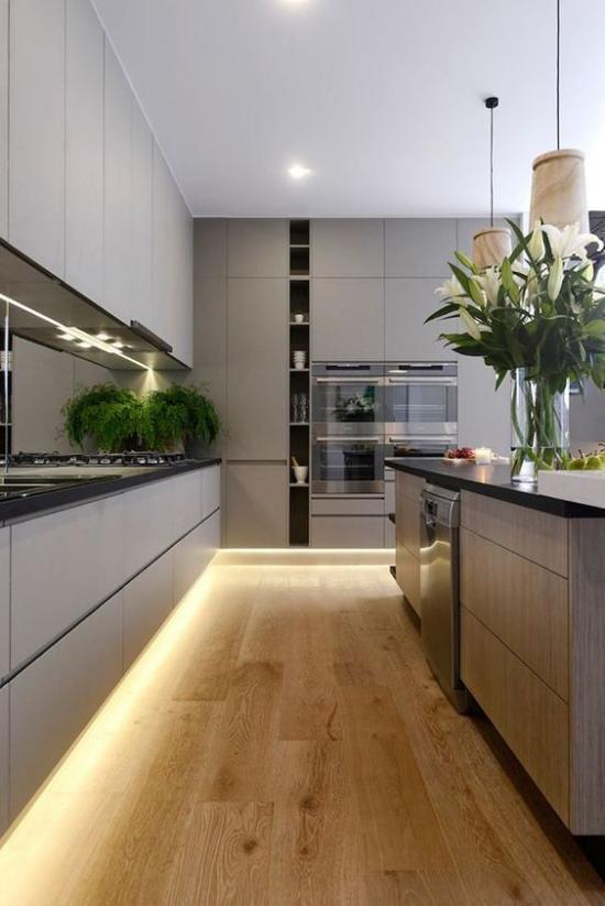 Akzente im Interieur setzen LED Hintergrundbeleuchtung in der modernen Küche grüne Pflanzen