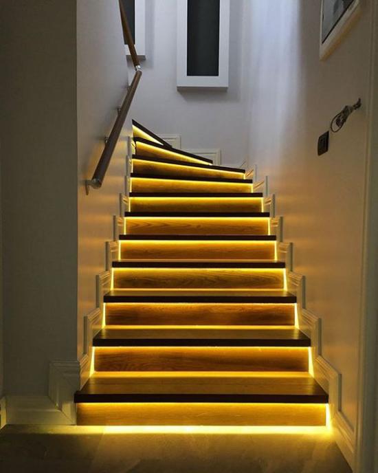Akzente im Interieur setzen das Treppenhaus toll beleuchten ein richtiger Hingucker
