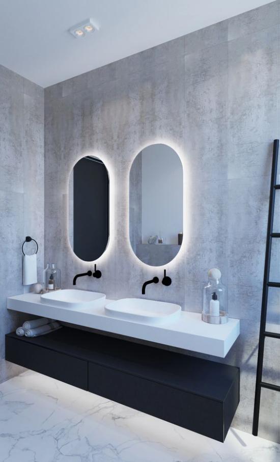Akzente im Interieur setzen eingebaute Hintergrundbeleuchtung im Bad hinter Badspiegeln
