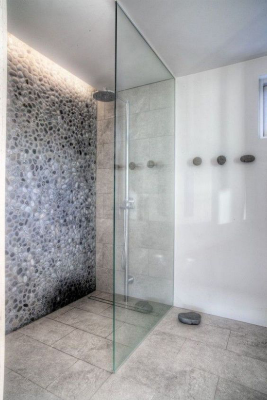 Akzente im Interieur setzen eingebaute Hintergrundbeleuchtung in der Duschecke