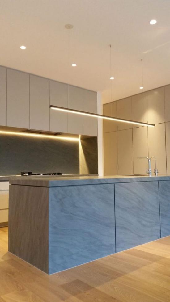 Akzente im Interieur setzen eingebaute LED Streifen in der Küche schöner Look