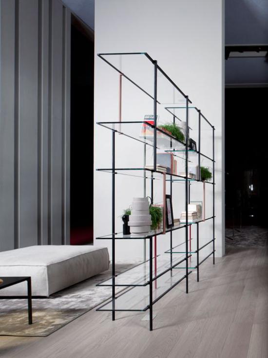 Akzente im Interieur setzen grüne Zimmerpflanzen auf einem modernen Raumteiler machen gute Figur