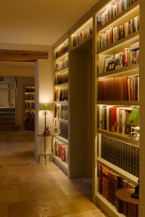 Akzente im Interieur setzen gut beleuchtete Bücherwand Hintergrundbeleuchtung eyecatching