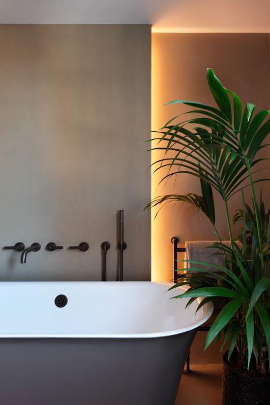 Akzente im Interieur setzen im Bad LED Hintergrundbeleuchtung mit grünen Zimmerpflanzen kombinieren