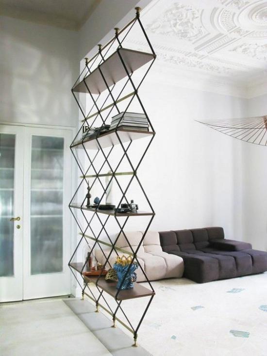 Akzente im Interieur setzen moderner Raumteiler aus Metall ausgefallene Form dient als Regal