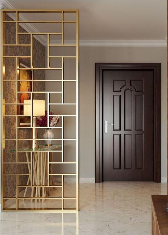 Akzente im Interieur setzen moderner Raumteiler aus Metall trennt den Wohnraum von der Diele