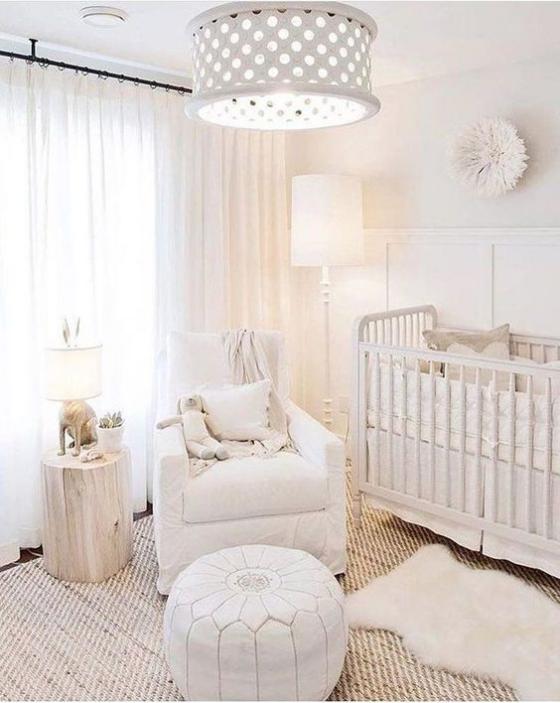 Babyzimmer in Weiß Babybett mit Gitterschutz Sessel Hocker