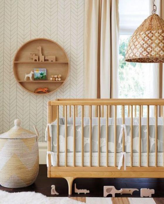 Babyzimmer in Weiß Möbel aus hellem Holz Flechtkörbe rundes Regal aus Holz für Spielzeug