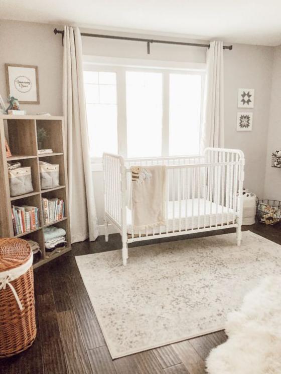 Babyzimmer in Weiß Regal Babysachen stapeln einfaches aber ansprechendes Raumdesign