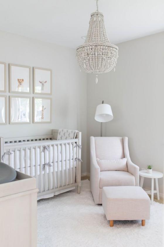 Babyzimmer in Weiß Sessel Hocker Kinderbett Teppich weißes Paradies für Baby