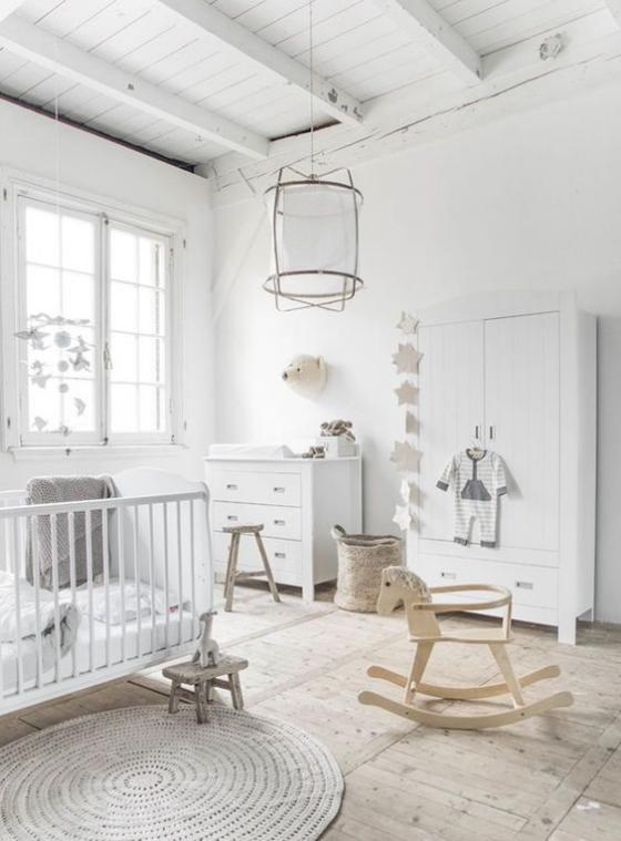 Babyzimmer in Weiß einrichten die richtigen Möbel zusammenstellen Bett Schrank Wickelkommode Hocker Spiel