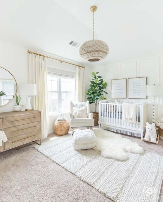 Babyzimmer in Weiß grüne Zimmerpflanze in der Ecke weiche Texturen neutrale Farben
