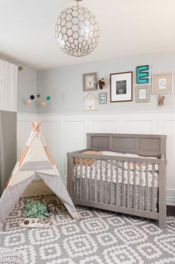 Babyzimmer in Weiß graues Vintage Kinderbett daneben Zelt zum Spielen