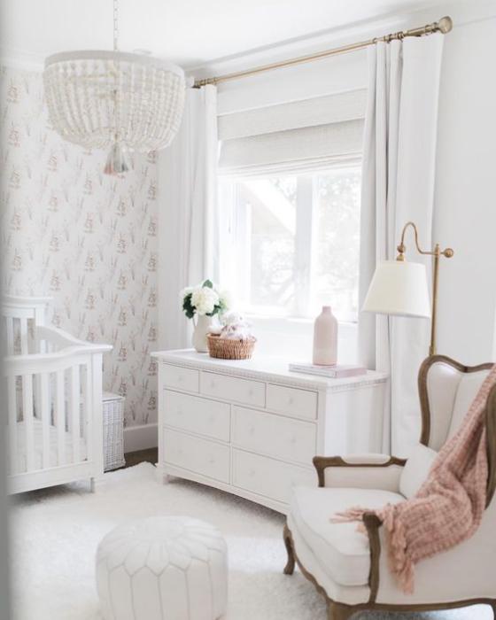 Babyzimmer in Weiß kleines Paradies Sessel Kommode Bett Lampe Wandtapete