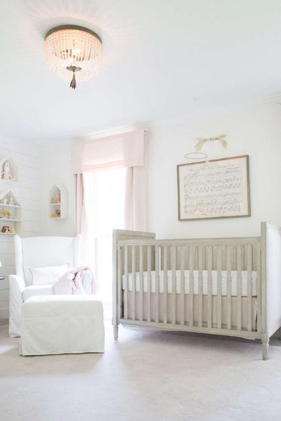 Babyzimmer in Weiß luftiges sonniges Ambiente Wanddeko