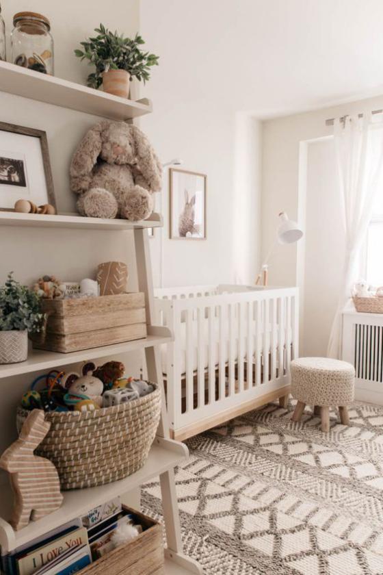 Babyzimmer in Weiß offenes Regal für Spielsachen ein weißes Paradies für Baby