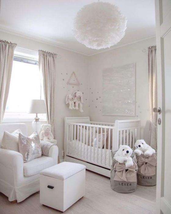 Babyzimmer in Weiß schönes Ambiente Plüschtiere zum Spielen weiche Texturen sehr ansprechend
