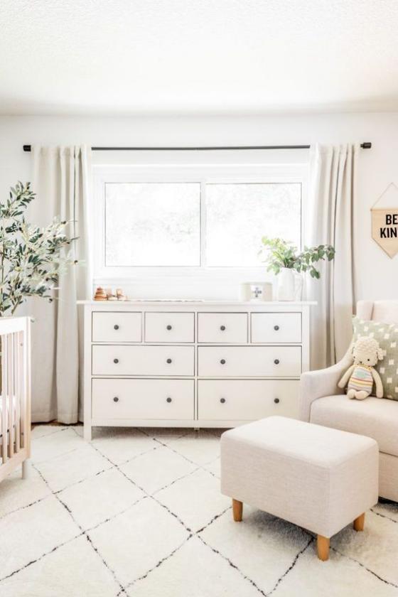 Babyzimmer in Weiß schönes Raumdesign geometrische Muster sehr ansprechendes Ambiente