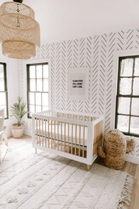 Babyzimmer in Weiß unauffällige geometrische Muster Wandtapete Teppich grüne Zimmerpflanze in der Ecke