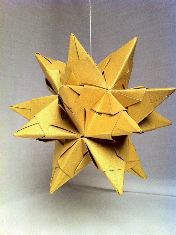 Bascetta Sterne basteln Bascetta Stern Anleitung Bastelideen aus Papier gelber Stern
