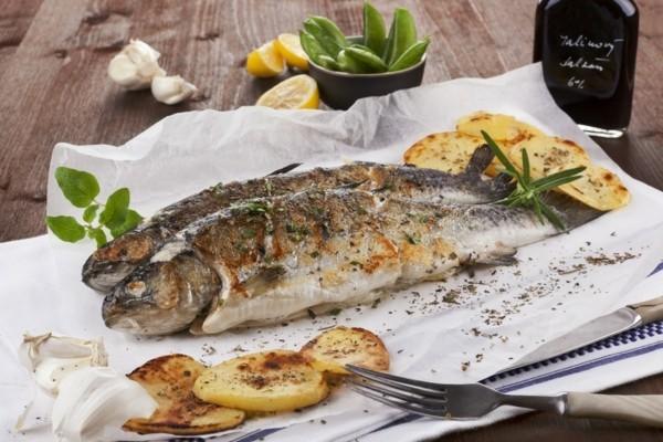 Forelle grillen mit Kartoffeln gesunde Ernährung Kaltwasserfisch