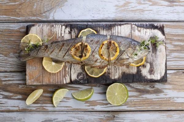 Forelle grillen mit Zitrone gesunde Ernährung Kaltwasserfisch