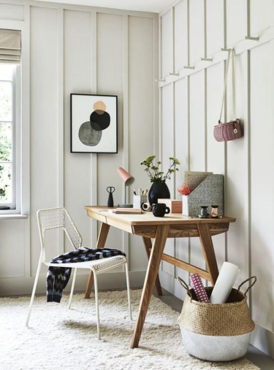 Homeoffice in neutralen Farben Arbeitsatmosphäre Tisch Stuhl Vase Korb