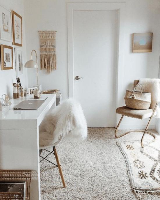 Homeoffice in neutralen Farben Stück Kunstfell Wärme und Gemütlichkeit im Heimbüro
