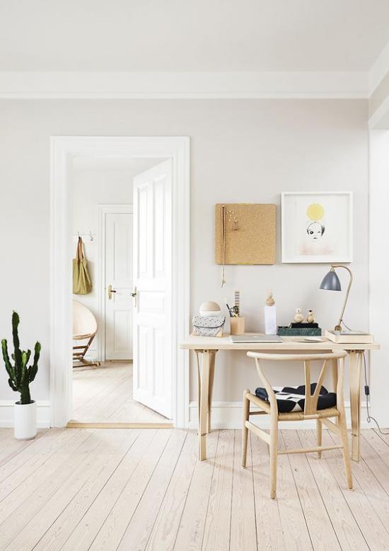 Homeoffice in neutralen Farben eine grüne Zimmerpflanze wirkt eyecatching
