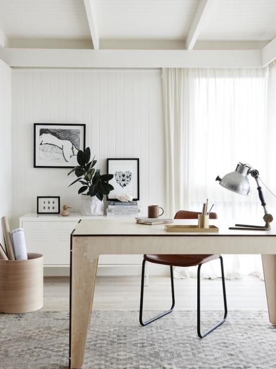 Homeoffice in neutralen Farben eleganter Tisch Stuhl Schreibtischlampe angenehme Atmosphäre
