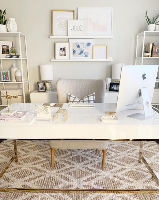Homeoffice in neutralen Farben großer Schreibtisch Stuhl mt Metallbeinen als Akzente im hellen Interieur