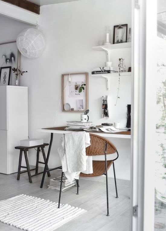 Homeoffice in neutralen Farben kleiner Schreibtisch Flechtstuhl Wand dekoriert