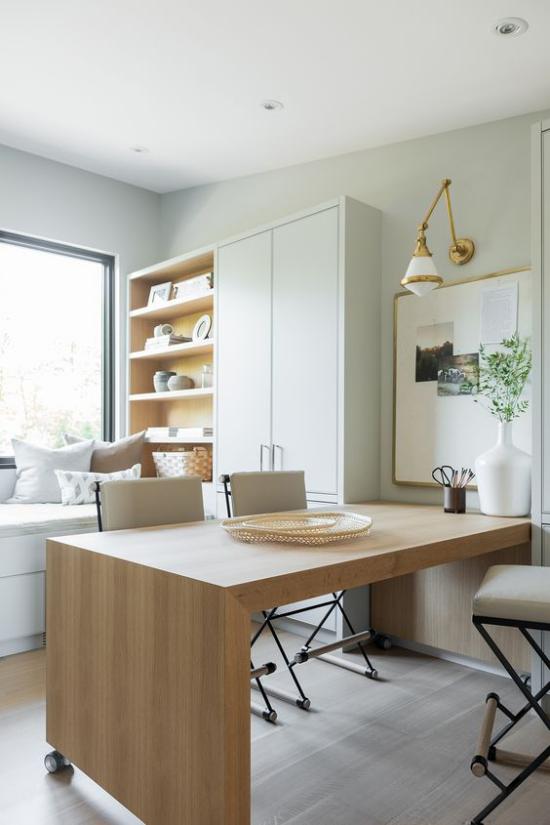 Homeoffice in neutralen Farben moderner Schreibtisch helles Holz angenehme Atmosphäre