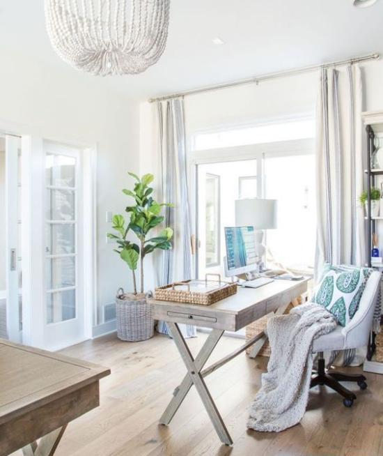 Homeoffice in neutralen Farben rustikale Touches Wurfdecke alter Tisch grüne Zimmerpflanze