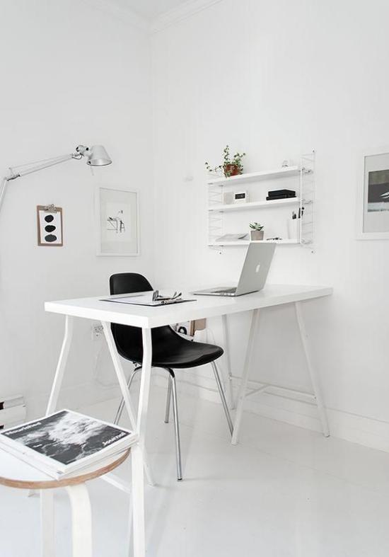 Homeoffice in neutralen Farben schwarzer Stuhl als Blickfang Kontrast