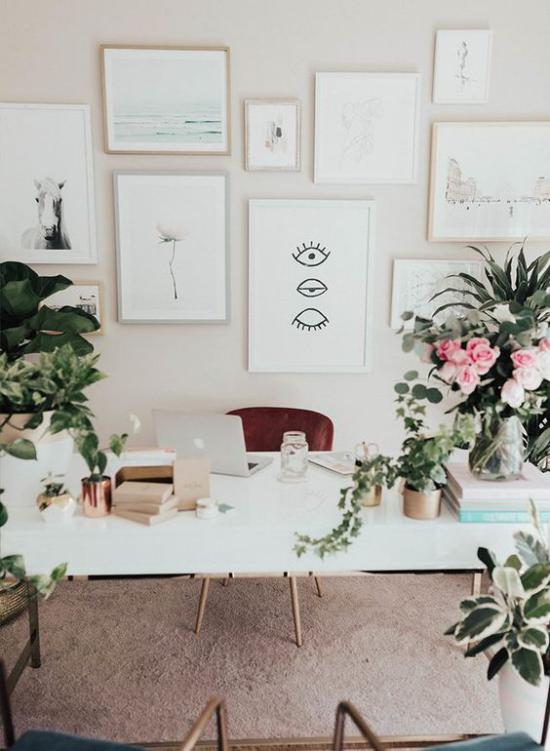 Homeoffice in neutralen Farben viele grüne Zimmerpflanze duftende Rosen angenehme Atmosphäre