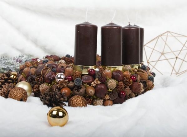 Kerzen dekorieren schnee und nüsse weihnachtsdeko