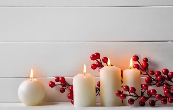 Kerzen dekorieren - weiße Wände mit roten Früchten