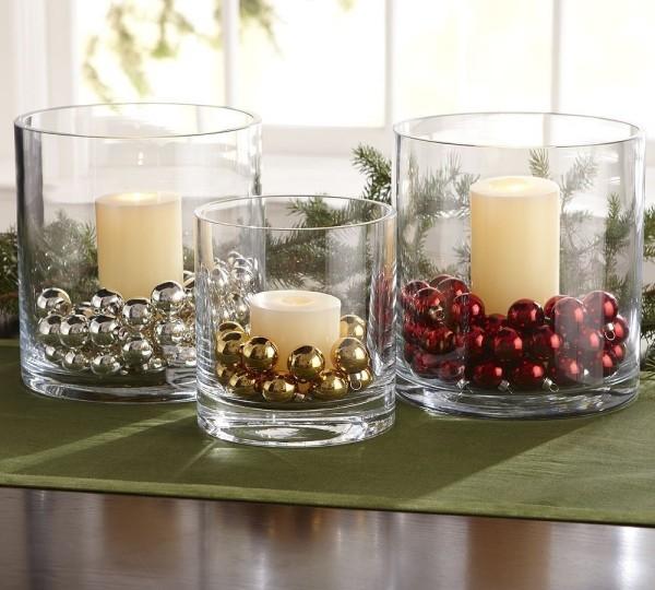 Kerzen dekorieren weihnachtskugeln in drei farben